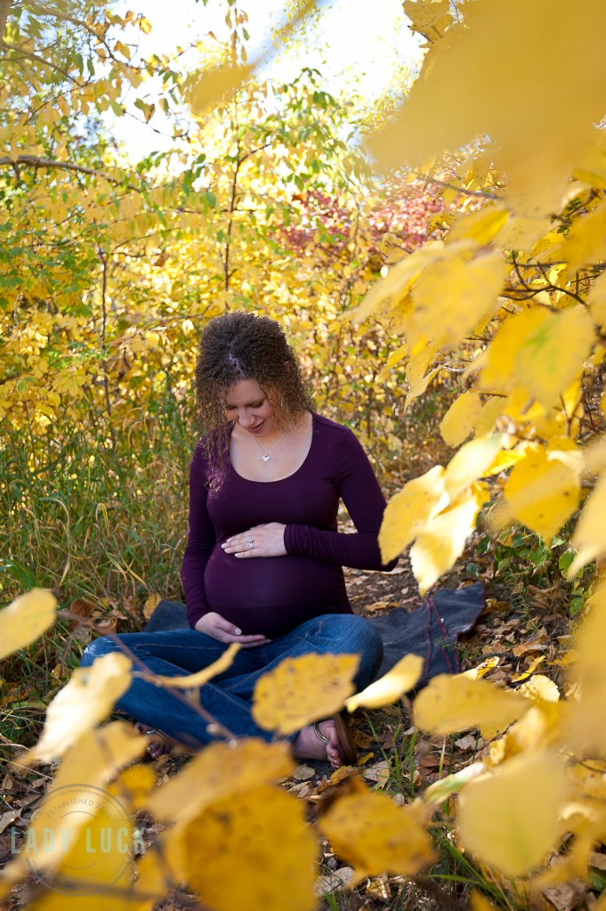 outdoor-maternity-portraits-sitting-in-the-leafs-edmonton-blackmud-creek