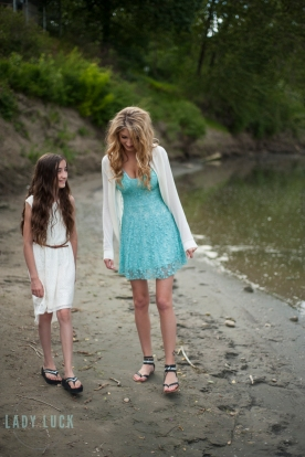 sisters-outdoor-portrait-session-in-edmonton