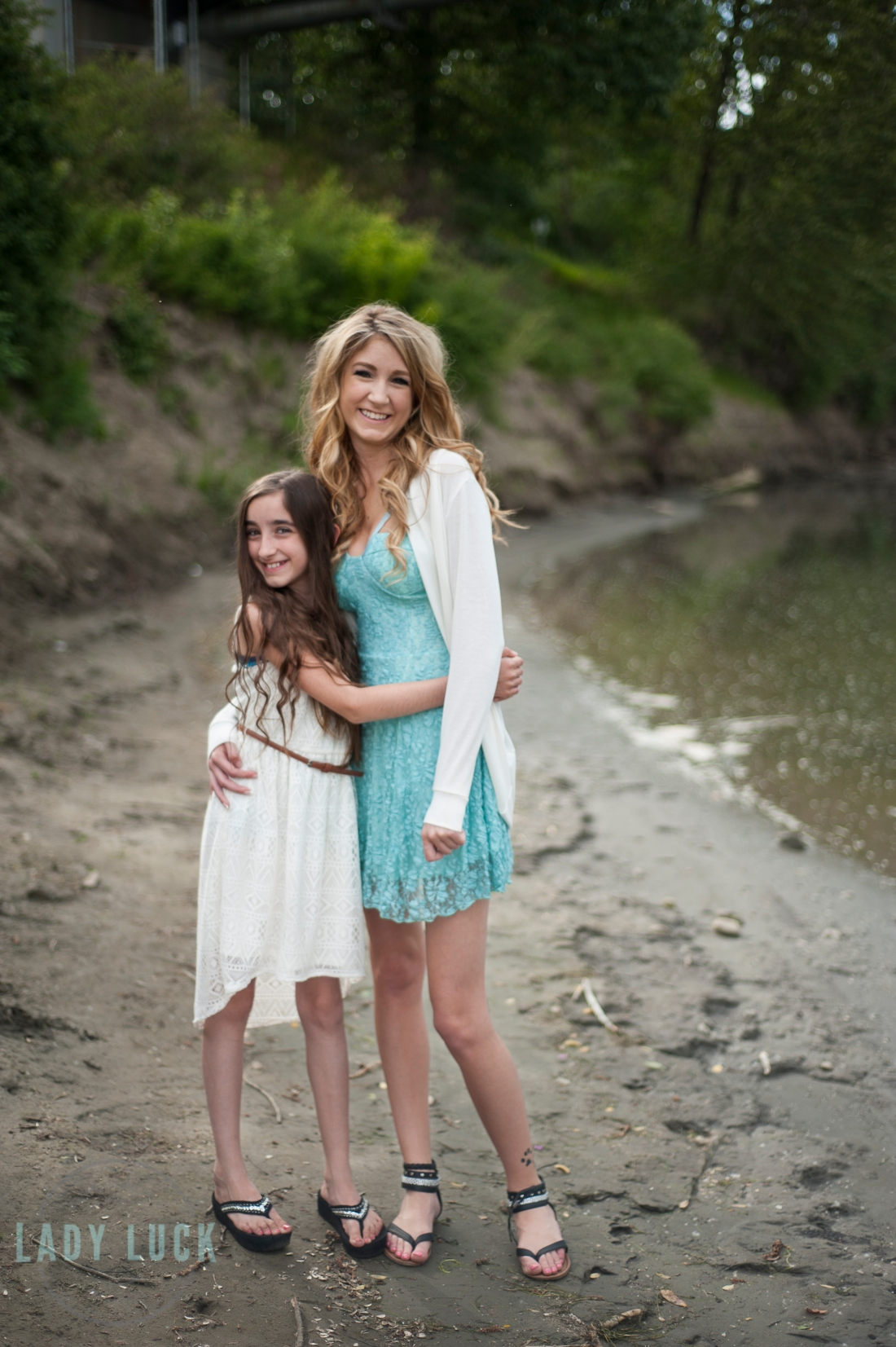 sisters-photo-shoot-north-saskatchewan-river-in-edmonton-at-rundle-park-sisters-posing-hugging-eachother