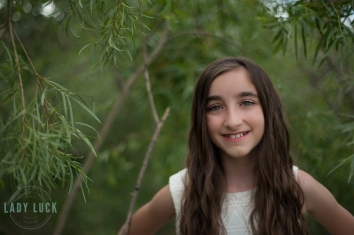 glamour-portrat-of-teenager-in-the-trees