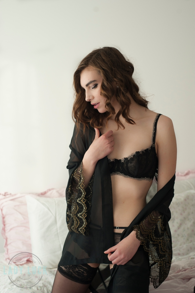 boudoir-portrait-woman-kneeling-on-the-bed-wearing-silk-robe